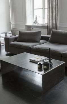 Coffee table in bended iron from @clarrods. Sofabord i jern.