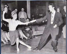 to Beginner dance classes to before the Dance Party, Charleston Lindy Hop Swing Dance Party to Band: Ragweed Jazz Band! Swing Jazz, Swing Dancing, Dance Team Shirts, 1940s Photos, Vintage Photographs, Weekend In Nyc, Saturday Night, 1940s Hairstyles, Prom Hairstyles