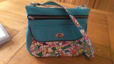 Sac Polka en simili bleu et imprimé coloré cousu par Brigitte - Patron Sacôtin Backpacks, Sewing, Blue, Backpack, Backpacker, Backpacking