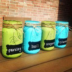 Herb garden mason jars. Acrylic paint + chalkboard stickers Chalkboard Mason Jars, Chalkboard Stickers, Chalkboard Labels, Crafty Craft, Cute Crafts, Herb Garden, Pens, Landscaping, Gift Ideas