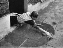 65. MASS OBSERVATION. Es un proyecto de fotografía colectiva que se  puso en marcha en Inglaterra en 1937 y duró  hasta comienzos de la década de 1950.  Constituyó uno de los episodios fundamentales  de la historia cultural británica de fi nales de la  década de los treinta. Atañe tanto a la fotografía  como al cine y la pintura.  Se inscribe dentro de los trabajos de  antropología social que se desarrollaron en  Europa de forma muy destacada durante el  periodo de entreguerras.