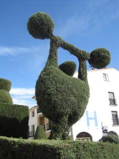 La figura de un forzudo esculpida en seto nos da la bienvenida cuando llegamos a Losar de la Vera desde Jarandilla.