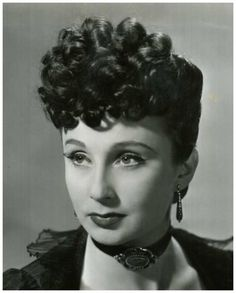 Googie WITHERS '30-40 (12 Mars 1917 - 15 Juillet 2011.Was an English theatre, film and television actress. She was a longtime resident of Australia with her husband, the actor John McCallum, with whom she often appeared. She was a well-known actress during the war and post-war years  Withers died on 15 July 2011 at her Sydney home, aged 94. Her husband John McCallum predeceased her on 3 February 2010.