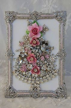 Here are the best Shabby Chic Christmas Decor ideas that'll give your room a romatic touch. From Pink Christmas Tree to Shabby Chic Christmas Ornaments etc Shabby Chic Kranz, Rose Shabby Chic, Costume Jewelry Crafts, Vintage Jewelry Crafts, Antique Jewelry, Vintage Jewellery, Antique Gold, Jewelry Frames, Jewelry Tree