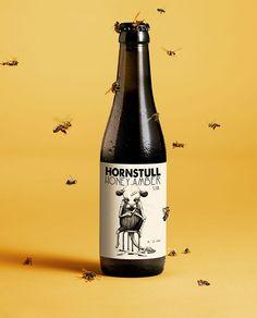 (產地:瑞典  設計師:Abby Norm, Stockholm) 正如Hornstull地理位置的神秘性,這款蜂蜜啤酒帶有當地的獨特風味。琥珀色瓶身表面質地刻意以凸出的水滴狀表現質地的粗糙,並搭配著手稿的標章設計,我想,它的目的是希望大家可以品嘗最自然的啤酒滋味。