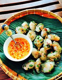 The Spices Of Life .: Bánh Bột Lọc Trần (Shrimp and Pork Tapioca Dumplings) Indian Food Recipes, Asian Recipes, Healthy Recipes, Ethnic Recipes, Healthy Food, Vietnamese Cuisine, Vietnamese Recipes, Asian Street Food, Korean Street