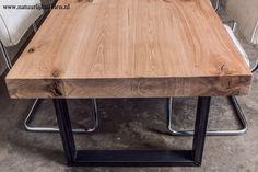 Rustiek eiken tafelblad met slanke stalen poten. Deze eetkamertafel is een echte eye catcher in elke woonkamer ! www.natuurlijktafelen.nl