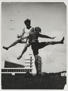 """In what way do the initial years of the State Bauhaus in Weimar differ from the work of the """"Bauhaus – School of Design"""" in Dessau and Berlin? What is the school's history ? How did the ideas of the Bauhaus live on after Harlem Renaissance, Galleries In London, Photo Galleries, Art Bauhaus, Berlin, Jump Over, Walter Gropius, Barbican, Museum"""
