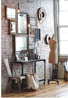De nuevo la silla Tolix encajando a la perfección en otro tipo de ambiente, en este caso más industrial. Una consola muy tosca sobre una pared que también lo es, pero complementada por los destellos de los espejos y sus marcos dorados. Equilibrio perfecto.