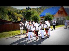 """Momente folclorice in fata Primariei Tulghes la festivalul """"ROATA STELEL..."""