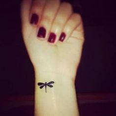 tatuajes de libelulas para mujeres pequeña