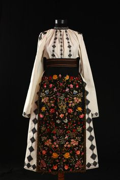 The floral embroidery is terrific! Traditional Fashion, Traditional Dresses, Historical Costume, Historical Clothing, Folk Embroidery, Floral Embroidery, Embroidery Patterns, Hippy Chic, Textiles