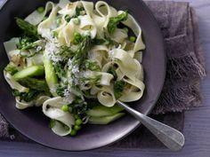 Pasta geht immer! Bei der grünen Gemüse-Pasta mit Spinat, Spargel und Erbsen kommen schnell Frühlingsgefühle auf.  http://eatsmarter.de/rezepte/gruene-gemuese-pasta