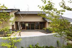 平屋で軒深く、土壁と漆喰・無垢の木の住まいです。 Garage Doors, Patio, Mansions, House Styles, Outdoor Decor, Design, Home Decor, Japanese, Decoration Home