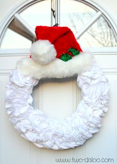 Felt Santa Wreath @ Twodaloo Would like to try w/red felt instead of the white maybe add a black belt w/buckle. Santa Wreath, Felt Wreath, Wreath Crafts, Holiday Wreaths, Christmas Projects, Holiday Crafts, Holiday Fun, Christmas Decorations, Christmas Ornaments