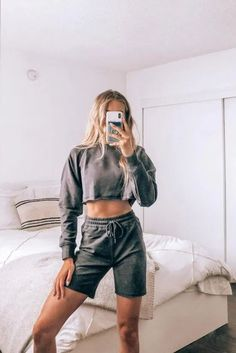 5 Tip for Thrifting Your Way to a Stylish Wardrobe Short Outfits, Trendy Outfits, Chill Outfits, Summer Outfits, Trendy Online Boutiques, Black Lounge, Lounge Shorts, Loungewear Set, Sweatshirt Outfit
