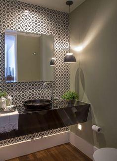 Lavabo com parede de azulejo preto e branco