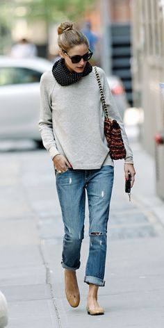 Stay casual & cool for weekend errands with boyfriend jeans, a lightweight sweater and neutral flats. I LOVE boyfriend jeans!sometimes I can wear them, but I am a boyfriend jeans kind of girl! Looks Style, Casual Looks, Style Me, Casual Chic Style, Style Blog, Simple Style, Mode Outfits, Casual Outfits, Fashion Outfits
