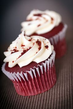 Easy to whip up for when the grandkids are visiting, these red velvet cupcakes are simply delicious when finished with a cream cheese icing. Small Desserts, Köstliche Desserts, Delicious Desserts, Yummy Food, Fancy Cupcakes, Red Velvet Cupcakes, Velvet Cake, Cupcake Recipes, Dessert Recipes