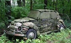 Vieille voiture au fond du jardin