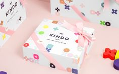Stunning branding, packaging, interiors and furniture design for Kindo , designed by Anagrama . Love the way they have taken simple rounded. Kids Packaging, Brand Packaging, Clothing Packaging, Kids Clothing Brands, Designer Clothing, Clothing Items, Design Blog, Bag Design, Kids Logo