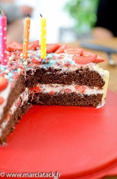 Gâteau à étage au chocolat, avec des fraises et du mascarpone dedans Cake Chocolat, French Food, International Recipes, Rice Krispies, Birthday Candles, Biscuits, Caramel, Wedding Cakes, Food Porn