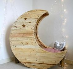 Looking for a cheap and creative DIY furniture ideas?Take a look and be inspired with cable spool furniture ideas that we prepared for you! Large Wooden Spools, Wooden Cable Spools, Wooden Spool Crafts, Wire Spool, Wooden Spool Tables, Recycled Pallets, Wood Pallets, Pallet Wood, Diy Pallet