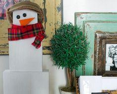 Geschenke aufeinander stapeln und als Weihnachtsmann dekorieren