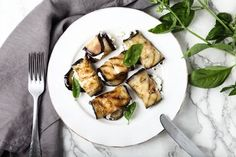 Fit grilované baklažánové rolky s feta plnkou Vegetable Dishes, Tofu, Food And Drink, Vegan, Chicken, Vegetables, Vegetable Recipes, Cubs, Vegetable Platters