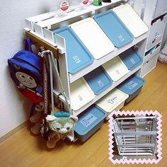 ダイソーのスクエアボックスは、細々とした子ども用品の収納にピッタリ!子どもが自分で取り出して、お片づけや整理整頓までできるようにしたいですよね。では、いったいどのように工夫して使えばいいのでしょうか。今回はスクエアボックスを、既製品やDIYの棚とコラボさせた実例をご紹介したいと思います。