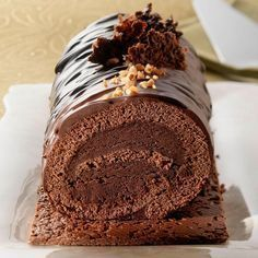 Crispy chocolate log … Looks like chocolate cake. Homemade Chocolate, Chocolate Recipes, Christmas Log Recipes, Sweet Recipes, Cake Recipes, Brunch Recipes, Hanukkah Food, Log Cake, Food Log
