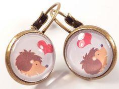 Wunderschöne Cabochon Ohrringe mit niedlichen, verliebten Igeln.     © Schmuck Juwelen Bettina Bussler.    Gesamtlänge: 2,3cm  Ohne Ohrhaken: 1,3cm  G