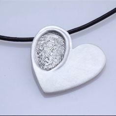 Pour un parent : coeur en pate à sel avec empreinte de doigt des enfants puis peint en argenté