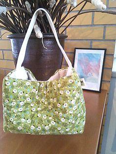 ワンホルダーのミニバッグ。花柄の布でざっくりと作ってみました。ちょっとした《こでかけ》にいかがでしょう。綿100%  縦***13cm  横***18cm  ... ハンドメイド、手作り、手仕事品の通販・販売・購入ならCreema。