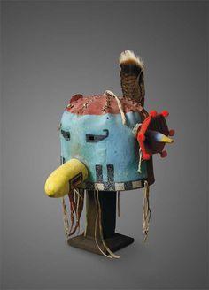 """Ce masque-heaume hopi kachina triplait, à 36 000 €, son estimation, ayant appartenu à la collection d'Andy Warhol. En 1927, la Galerie surréaliste présente une exposition """"Yves Tanguy et objets d'Amérique"""". En 1988, la dispersion chez Sotheby's à New York de cet ensemble hétéroclite nécessita dix jours. Le lot 2503, notre masque, y atteint 3 850 $ (4 805 € en valeur réactualisée). Lundi 8 juin 2009, salle 1 - Drouot-Richelieu. Millon & Associés SVV, Cornette de Saint Cyr SVV"""