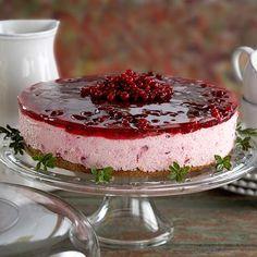 Puolukkakakku -- Finnish lingonberry cake, here pictured is a cheesecake version. Finnish Cuisine, Fathers Day Brunch, Finnish Recipes, Yummy Treats, Yummy Food, Sugar Pie, Scandinavian Food, Deli, Cake Recipes