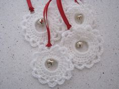 CHALKY'S WORLD: A quick and pretty crochet garland. red yarn on a plastic ring and wove a piece of white yarn over and under the double crochet posts (tied with a bow).Pretty up your packages with handmade ornaments! Find the pattern for this quick a Crochet Garland, Crochet Ornaments, Crochet Snowflakes, Crochet Crafts, Crochet Projects, 50 Diy Christmas Ornaments, Crochet Christmas Decorations, Christmas Crochet Patterns, Holiday Crochet
