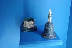 """Aspect moins connu du retour en force du gothique au XIXe en France, une mode dite """"à la cathédrale"""" se répand de 1815 à 1848 sur les arts décoratifs. Elle touche aussi bien les pièces de mobilier, que les reliures de livres ou encore les bijoux."""