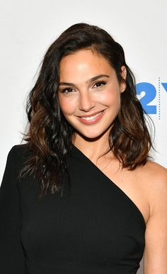Why Gal Gadot is our new beauty Wonder Woman 😉😍 Discussing the changing roles of women in Hollywood, Gal wore her shoulder-length hair in an effortlessly wavy style. Try perfect short haircutGal Gadot's Best Beauty Princess Diaries Momen Beautiful Celebrities, Beautiful Women, Beautiful Smile, Beautiful Actresses, Gal Gardot, Gal Gadot Wonder Woman, Glamour Uk, Celebrity Beauty, Celebrity Women