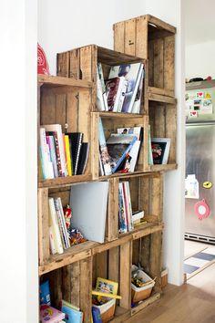 Des cagettes en bois converties en étagères. Wooden crate shelves.