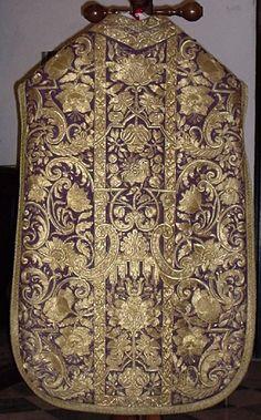 Pianeta violacea genovese del sec. XVIII riccamente ricamata a mano con filato dorato.