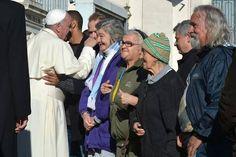 """""""Una ayuda concreta del Papa. El servicio es muy bueno, parezco un jovencito (risas). El Papa está con nosotros"""", relató Giovanni a Aleteia.org tocándose el mentón, ya q…"""