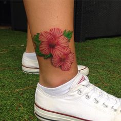 One of the most fascinating flower tattoo designs ever inked are the Hibiscus Flower Tattoo. The flower tattoos may not be popular,but most women like them. Hawaii Flower Tattoos, Tropical Flower Tattoos, Flower Tattoo Arm, Ankle Tattoo, Foot Tattoos, Cute Tattoos, Beautiful Tattoos, Sleeve Tattoos, Tatoos