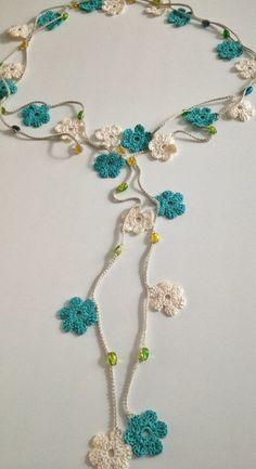 Collier de perles au crochet de style turc fleurs bleu et