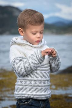 30 Trendy Knitting Sweaters For Kids Jumpers Knitting For Kids, Knitting Projects, Baby Boy Sweater, Sweater Knitting Patterns, Knitting Sweaters, Knitting Needles, Boys Sweaters, Baby Patterns, Crochet Baby