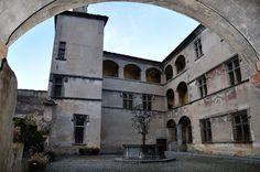 Castello di Issogne, cortile interno con fontana del melograno - Issogne - Valle d'Aosta - Italia - Issogne Castle, courtyard with fountain of pomegranate - Issogne - Aosta Valley - Italy
