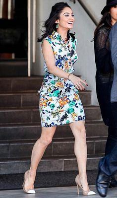 Vanessa Hudgens phyna e feminina com o conjuntinho saia e blusa floral e sapato nude com ponteira.