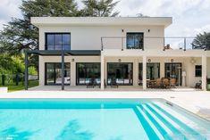 En étroite collaboration avec l'architecte, j'ai agencé et décoré une villa de 400m² .