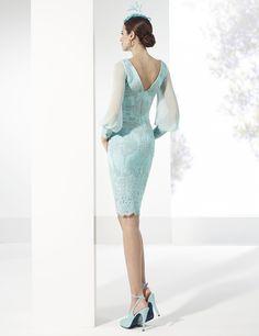 Traje de fiesta corto color turquesa de tul bordado con pedrería.