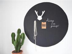 Met een donkere cirkel op de wand creëer je contrast. (Instagram) Valentines Day For Him, Decoration, Architecture, Kids Room, Home And Garden, House Design, Cactus Cactus, Painting, Instagram